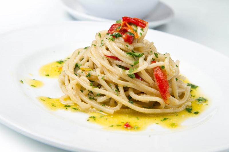 Come preparare spaghetti aglio, olio, olive, capperi e peperoncino