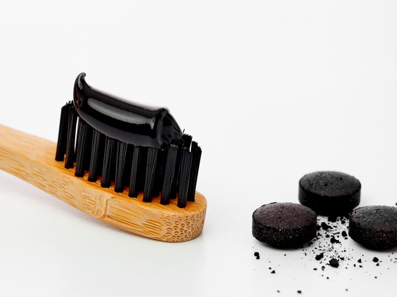 Come fare un dentifricio al carbone attivo