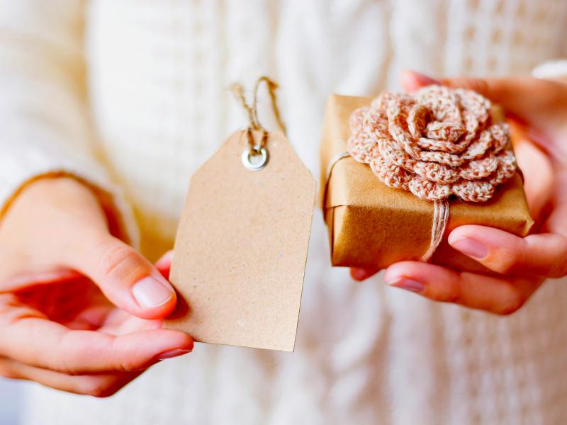Idee per decorare un pacchetto regalo