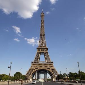 Chụp ảnh với tháp Eiffel