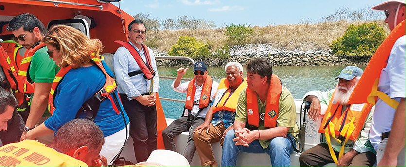 Les cinq indépendantistes et cinq loyalistes autour du ministre des Outre-mer, en route pour leur retraite politique ©Les Nouvelles Calédoniennes