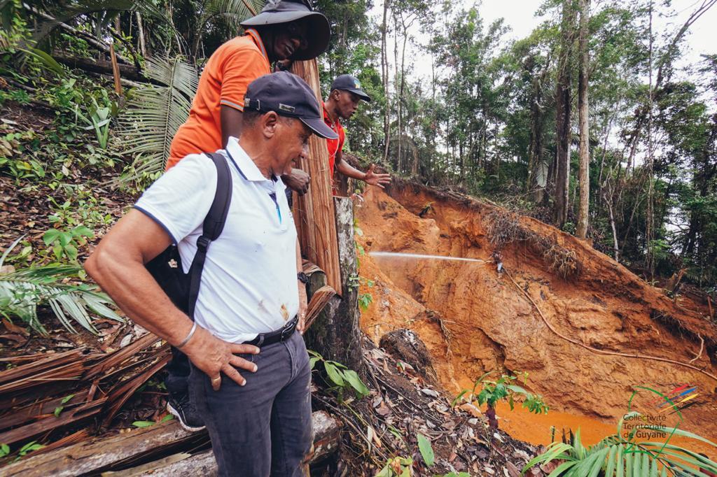 Rodolphe Alexandre s'est rendu la semaine dernière sur des sites d'orpaillage illégaux le long du fleuve Sinamari en Guyane ©Facebook / CTG