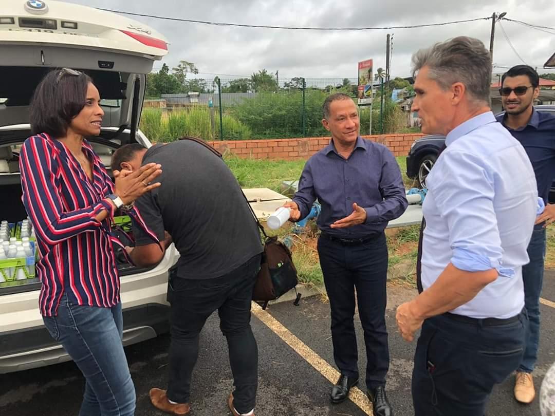 Thara Govindin et Rodolphe Alexandre distribuant les flacons se solutions Hydro-alcoolique lors du premier confinement