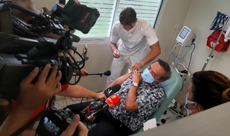Vaccin : En Polynésie, une aide-soignante, des septuagénaires et anciens ministres vaccinés pour l'exemple