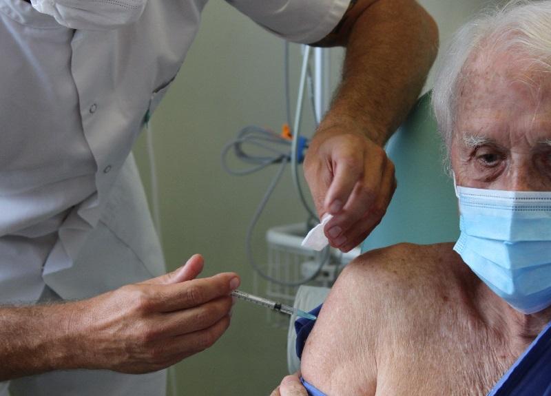 Un couple de septuagénaires s'est également fait vacciné ce mardi 12 janvier à Papeete ©Radio 1 Tahiti
