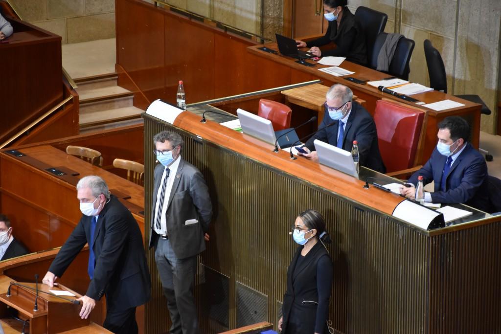 Les trois rapporteurs à la tribune du Palais Iéna : Christian Vernaudon, Inès Bouchaut-Choisy, Olivier Mugnier