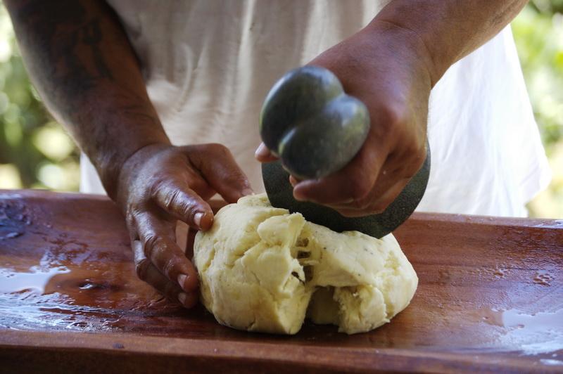 Aux îles Marquises, le uru cuit à la braise est ensuite battu avec du lait de coco ©René Doudard Purutaa