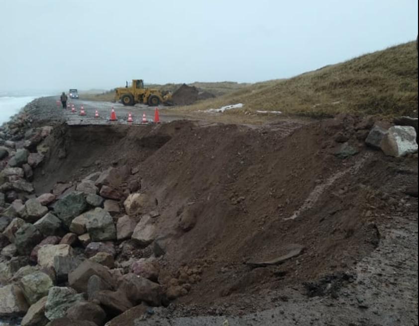 Saint-Pierre-et-Miquelon: l'effondrement d'une route coupe un village en deux