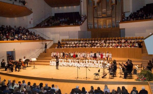 Más de 1.000 voces cantan por la paz en el concierto de Navidad del colegio Guadalaviar