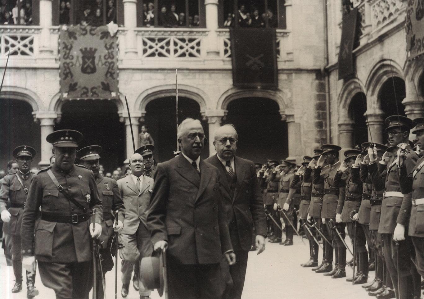 9. Que atitude teve o Fundador perante a Segunda República Espanhola?