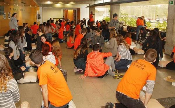 Alumnos de Enfermería de UIC Barcelona sensibilizan a unos 400 jóvenes sobre el abuso del alcohol
