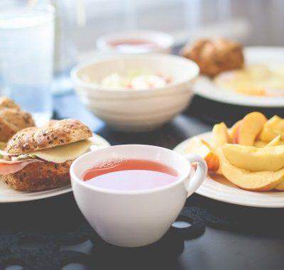 Aamiaispöytä Tampereen Omenahotellin napurikahvilassa