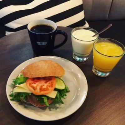 Aamupala Helsingissä Wayne's Coffeella