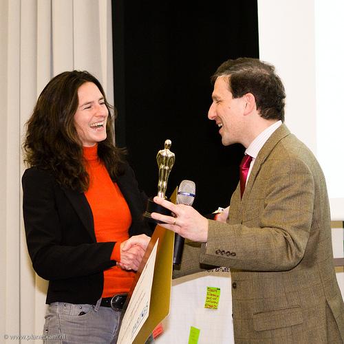 Tabitha Gerrets neemt de Award in ontvangst