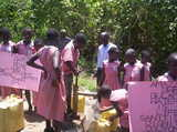 kids_in_mmanze_wandelen_voor_water.jpg