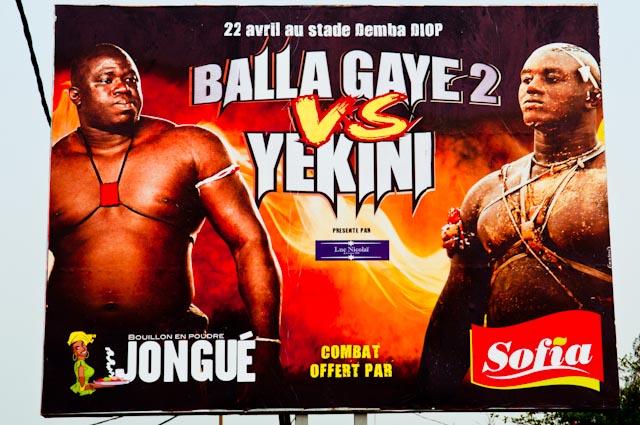Billboard in Dakar met aankondiging van belangrijke worstelwedstrijd