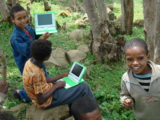 wiki.laptop.org_images_6_6f_Kidswithlaptopsinwoods