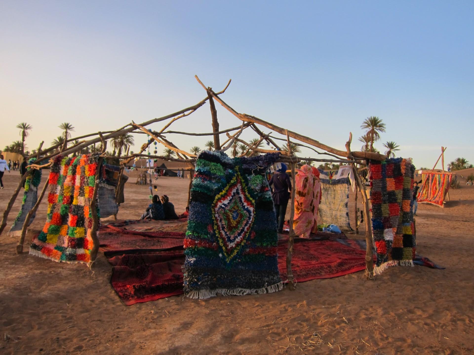 De kleding wordt aan stukken gescheurd, met de repen stof knopen de vrouwen de tapijten.