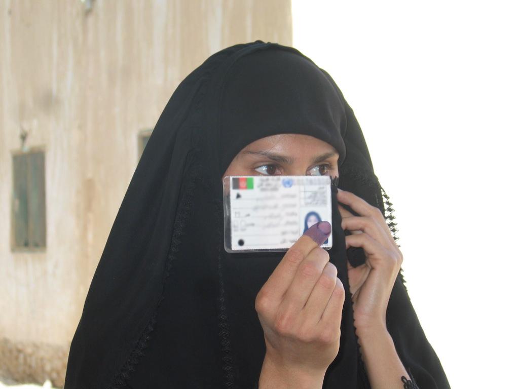 Afghaanse vrouw toont stempas (Kandahar City, 2009)