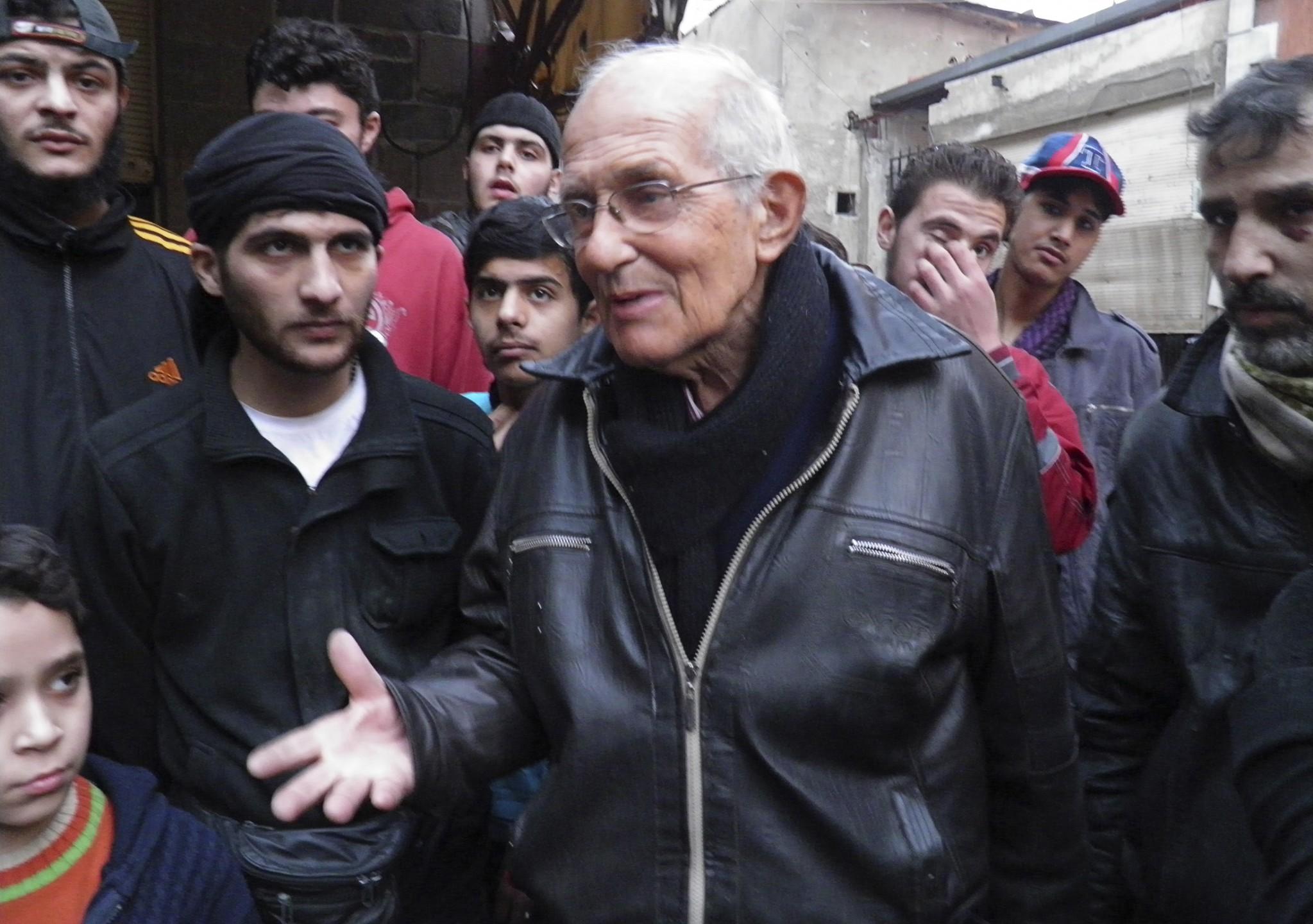 Pater Frans van der Lugt tussen 'zijn' mensen