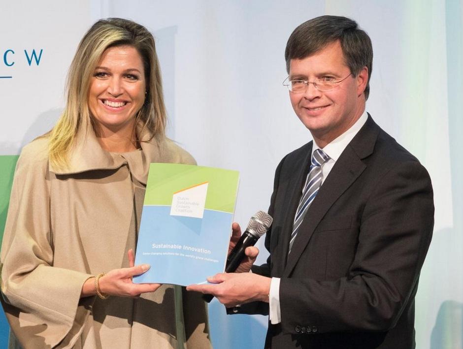 Koningin Máxima ontvangt publicatie van de Nederlandse bedrijvencoalitie DSGC over duurzame innovatie van Jan Peter Balkenende