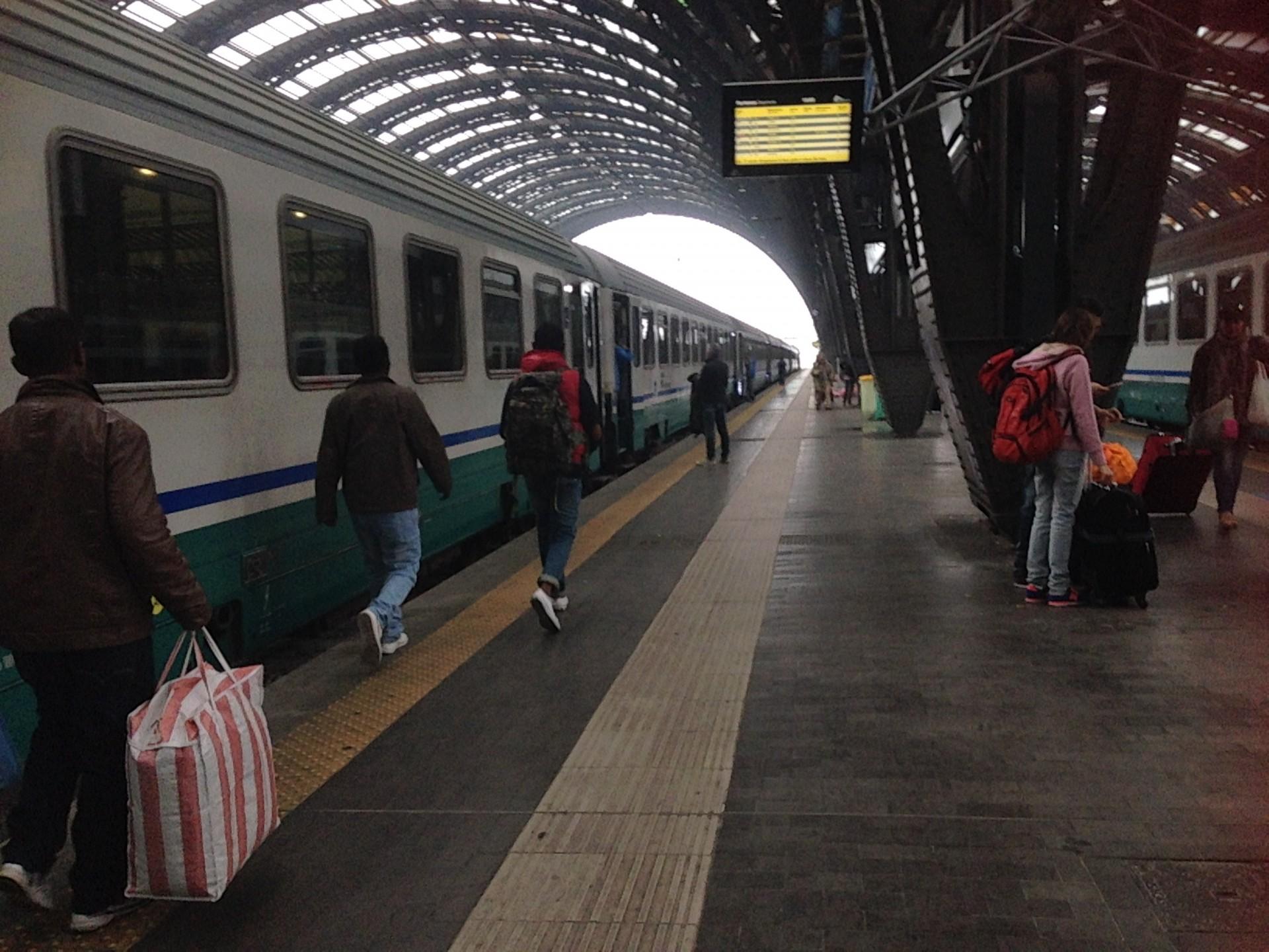 Eritrese vluchtelingen nemen de trein in Milaan