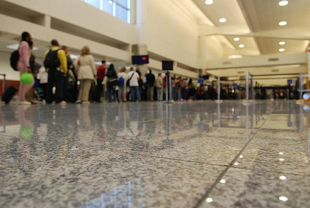 rij voor security check op vliegveld