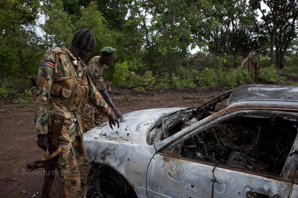 Militairen onderzoeken auto na aanslag door de LRA