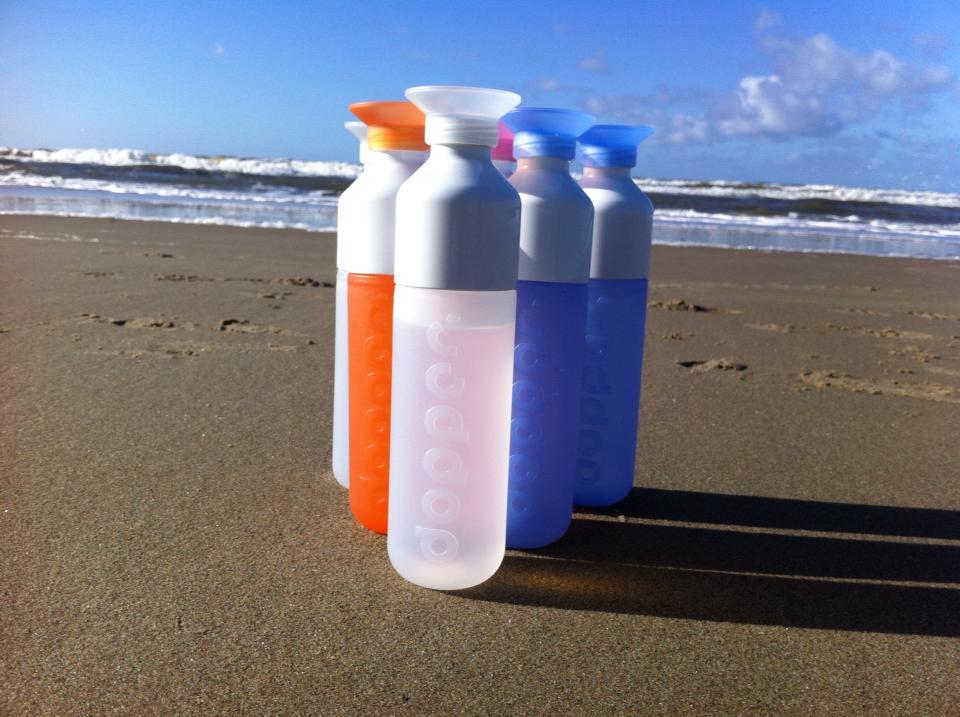 dopper-flesjes op het strand