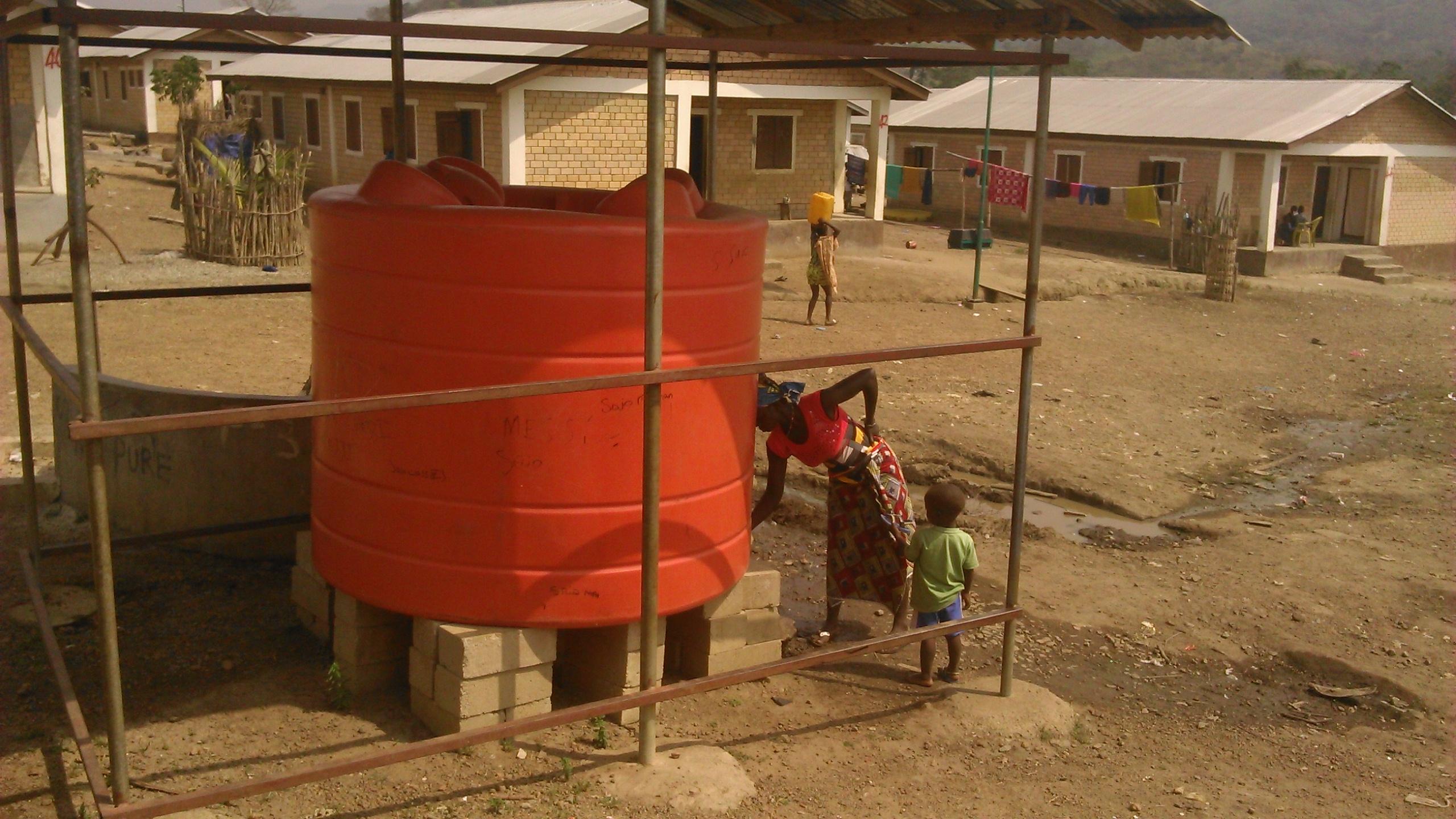Truck van African Minerals Limited brengt watertank naar omliggende gemeenschap. Foto: Mohamed Magazuba