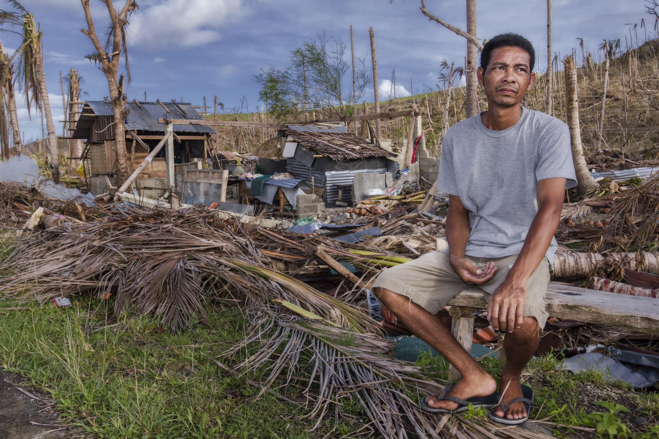 Een man wachtend op hulp in Semai, Filipijnen, na typhoon Haiyan (2013)