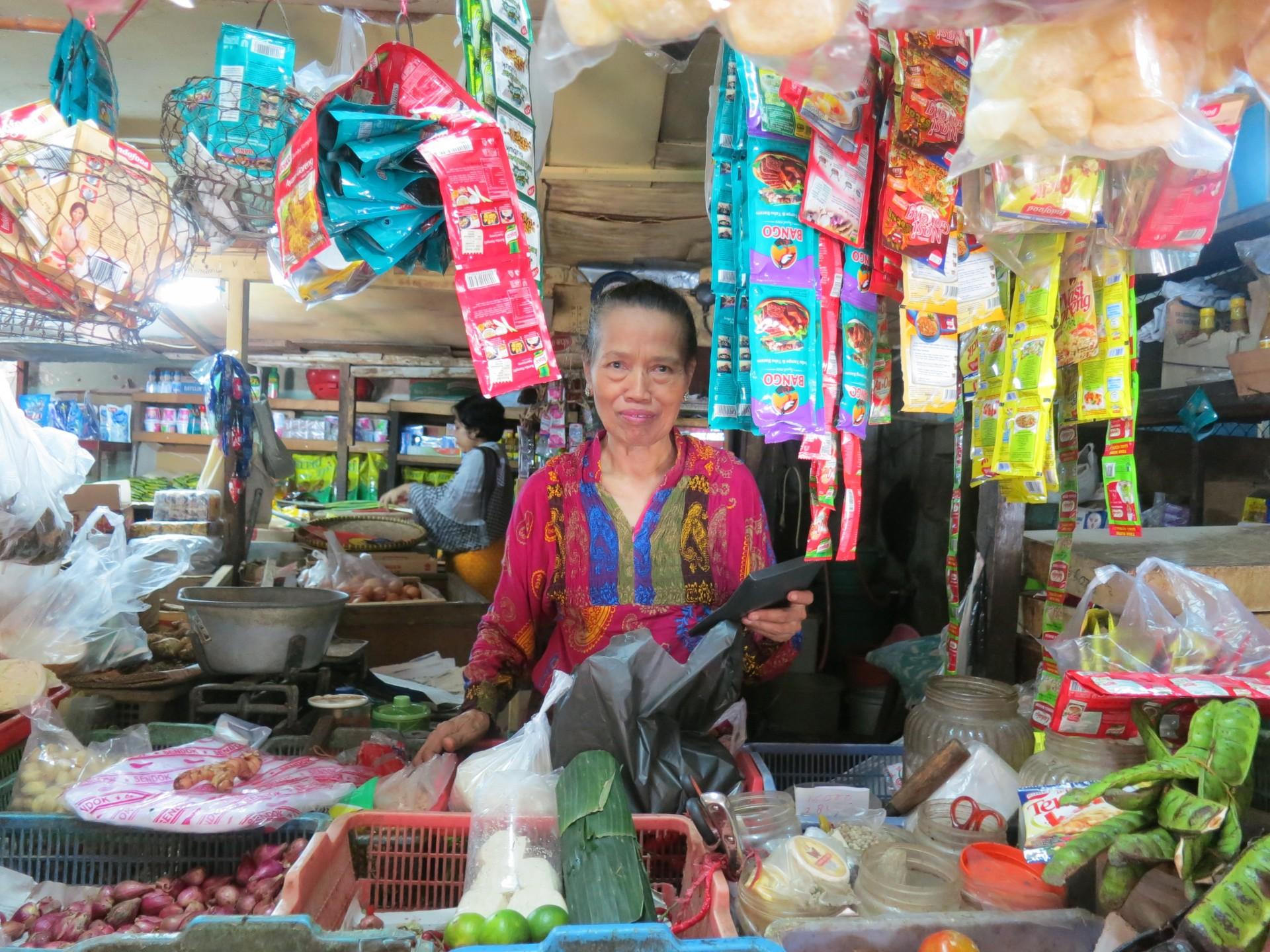 Straatverkopers en huishoudsters in Indonesië hebben geen rechtsbescherming. Dag van de arbeid.
