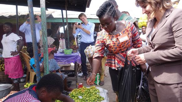 Lilianne Ploumen bezoekt de markt in Accra Ghana en koopt tien limoenen. Ghana is een van de landen waar ze ondernemerschap wil stimuleren