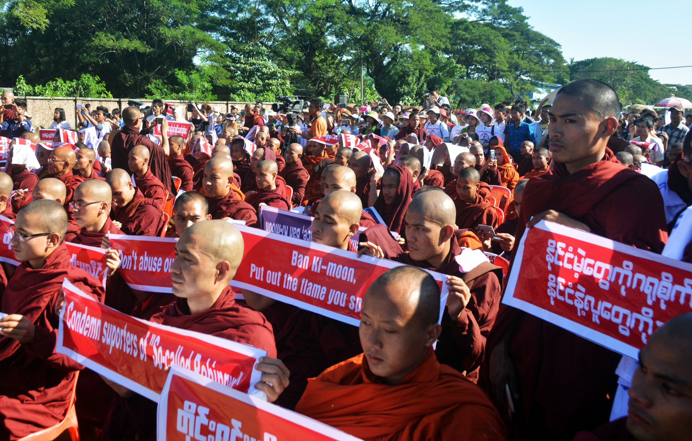 Nationalistische monniken demonstreren in Rangoon tegen de Rohingya. (Foto: Paul Vrieze)