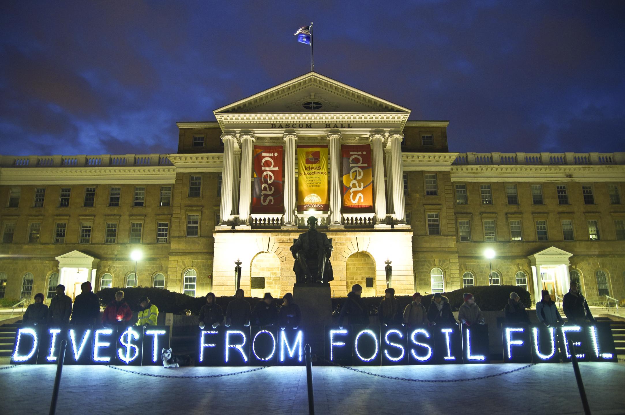 Actie van divestmentbeweging vorig jaar in Wisconsin (VS). Foto: Overpass Light Brigade