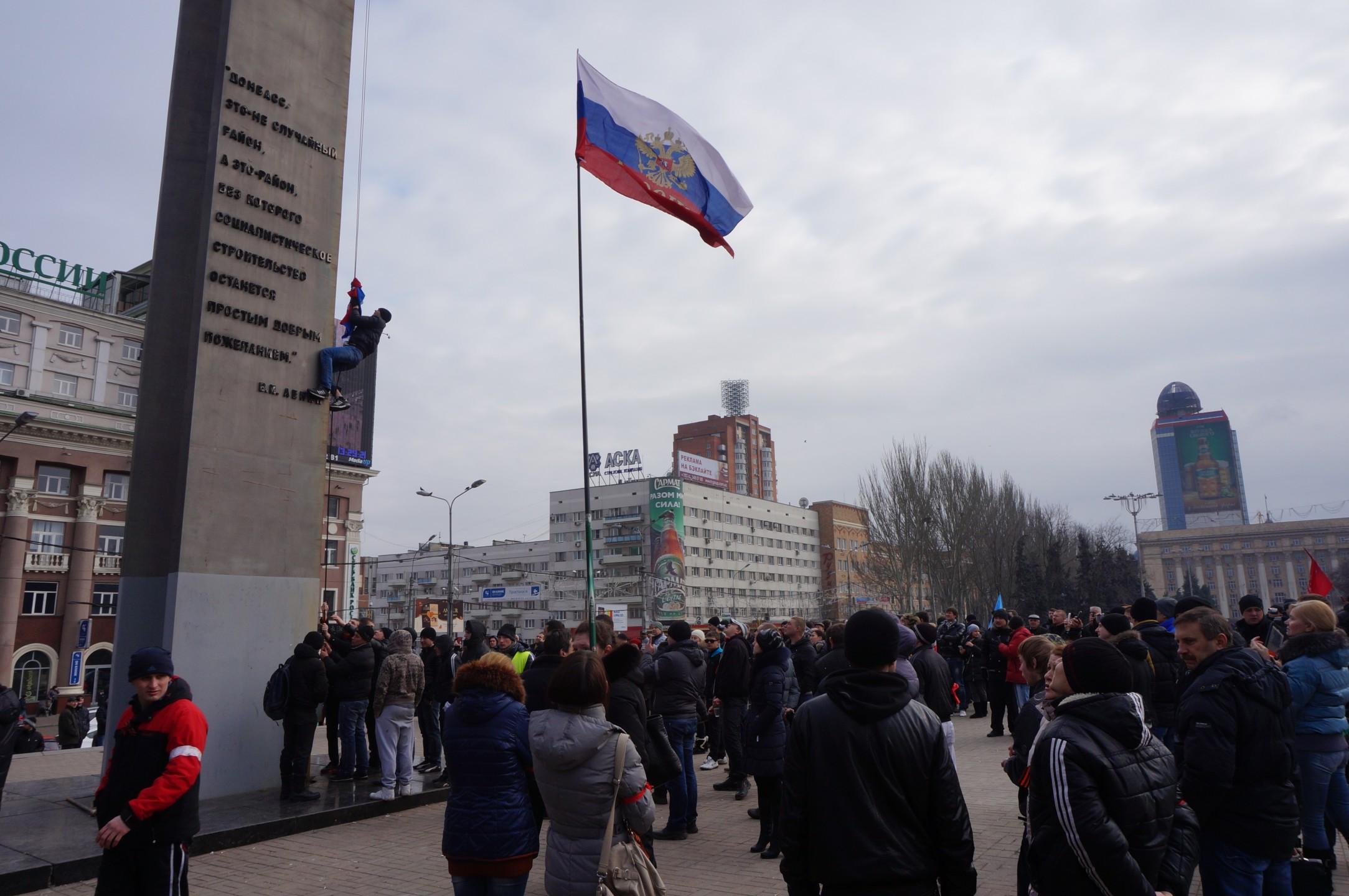 Donetsk; de Russische vlag wordt gehesen op het Lenin-plein
