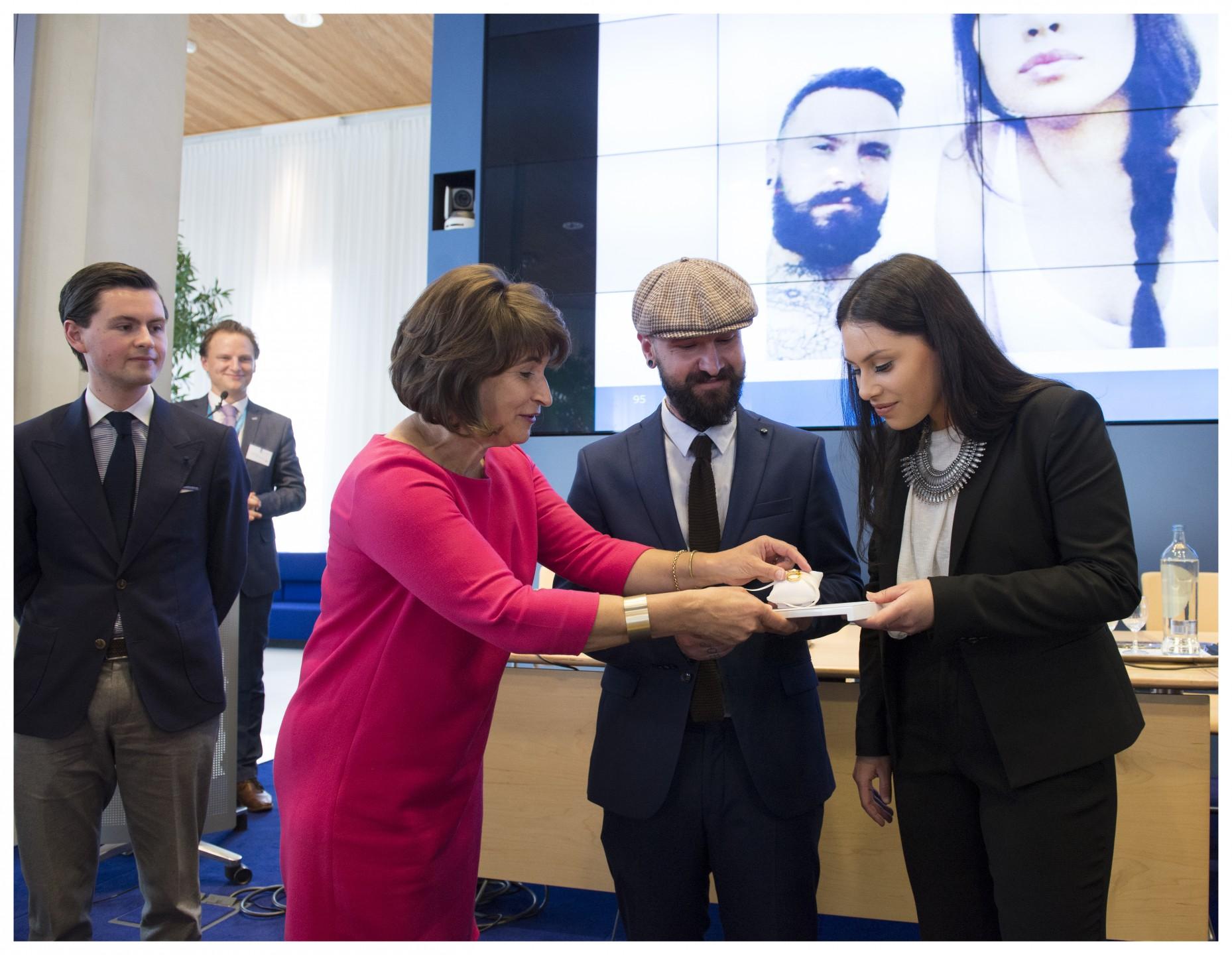 Minister Ploumen overhandigt fairtrade trouwringen aan een pas verloofd stel. Foto: Aad Meijer