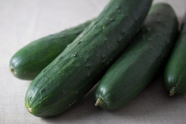 Komkommers in plastic verpakking kunnen milieuvriendelijker zijn dan komkommers zonder jasje