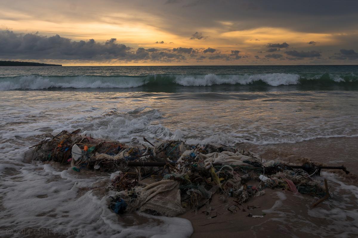 vervuilde kust van Bali