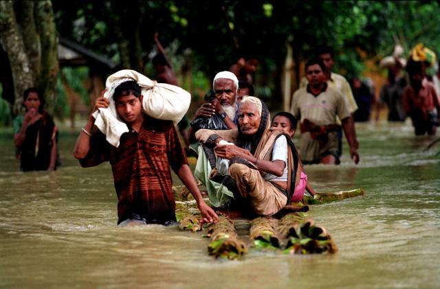 Mensen vluchten voor overstroming in Bangladesh