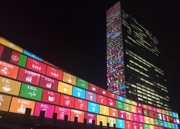 Het VN-gebouw in New York, waarop alle zeventien werelddoelen zijn geprojecteerd