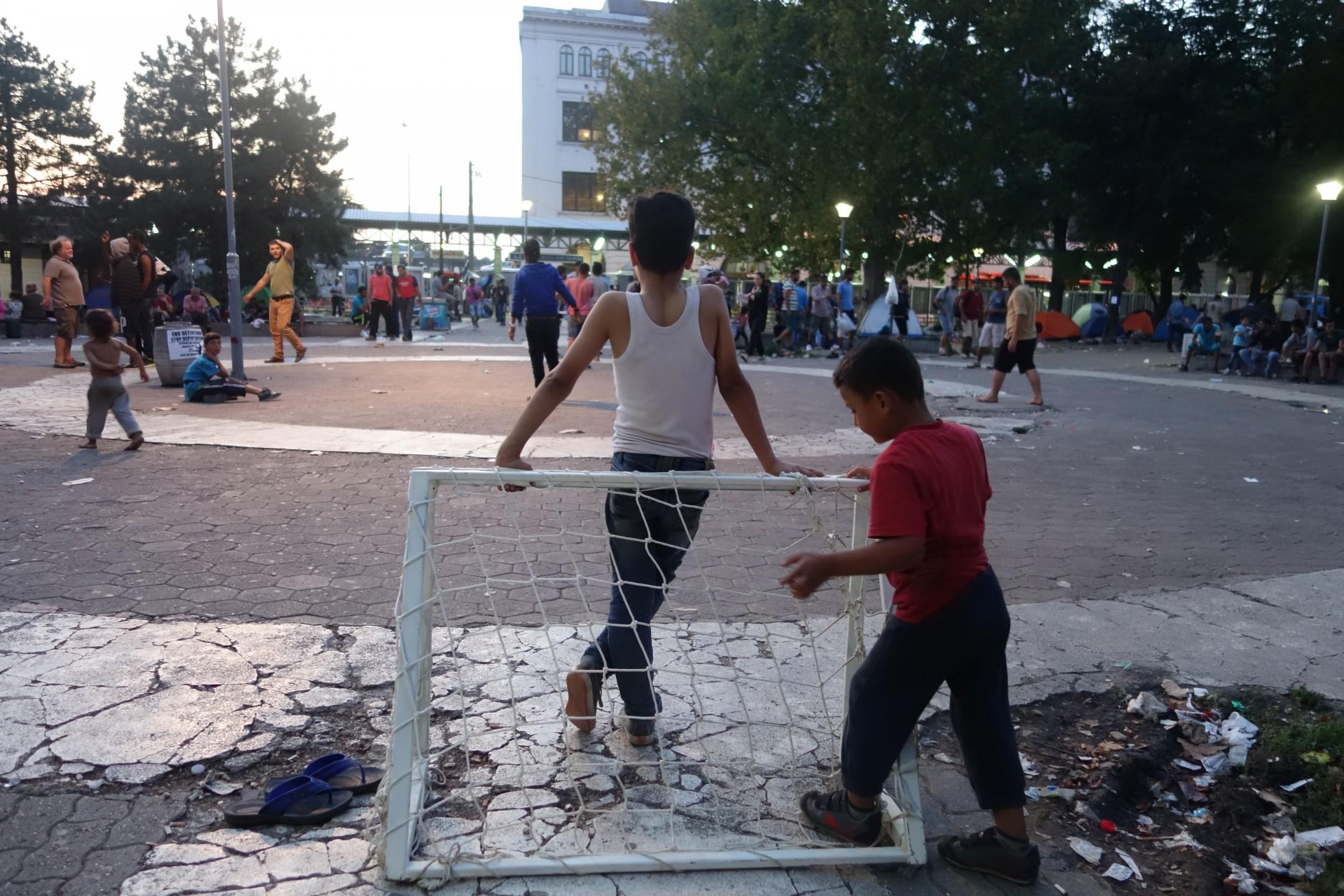 Vluchtelingen in Belgrado spelen voetbal