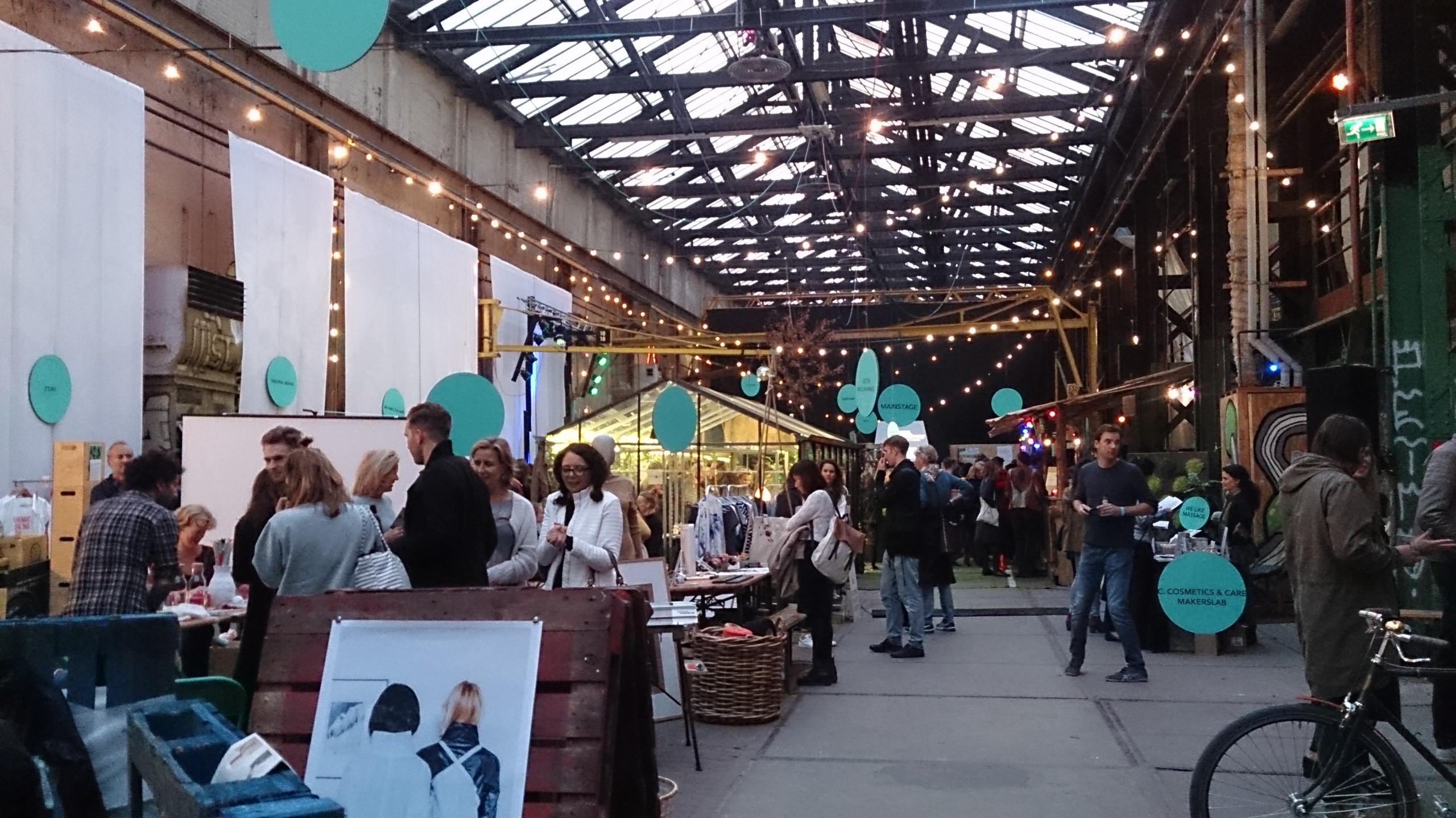 Bezoekers op het duurzame festival Strawberry Earth Fair in Amsterdam