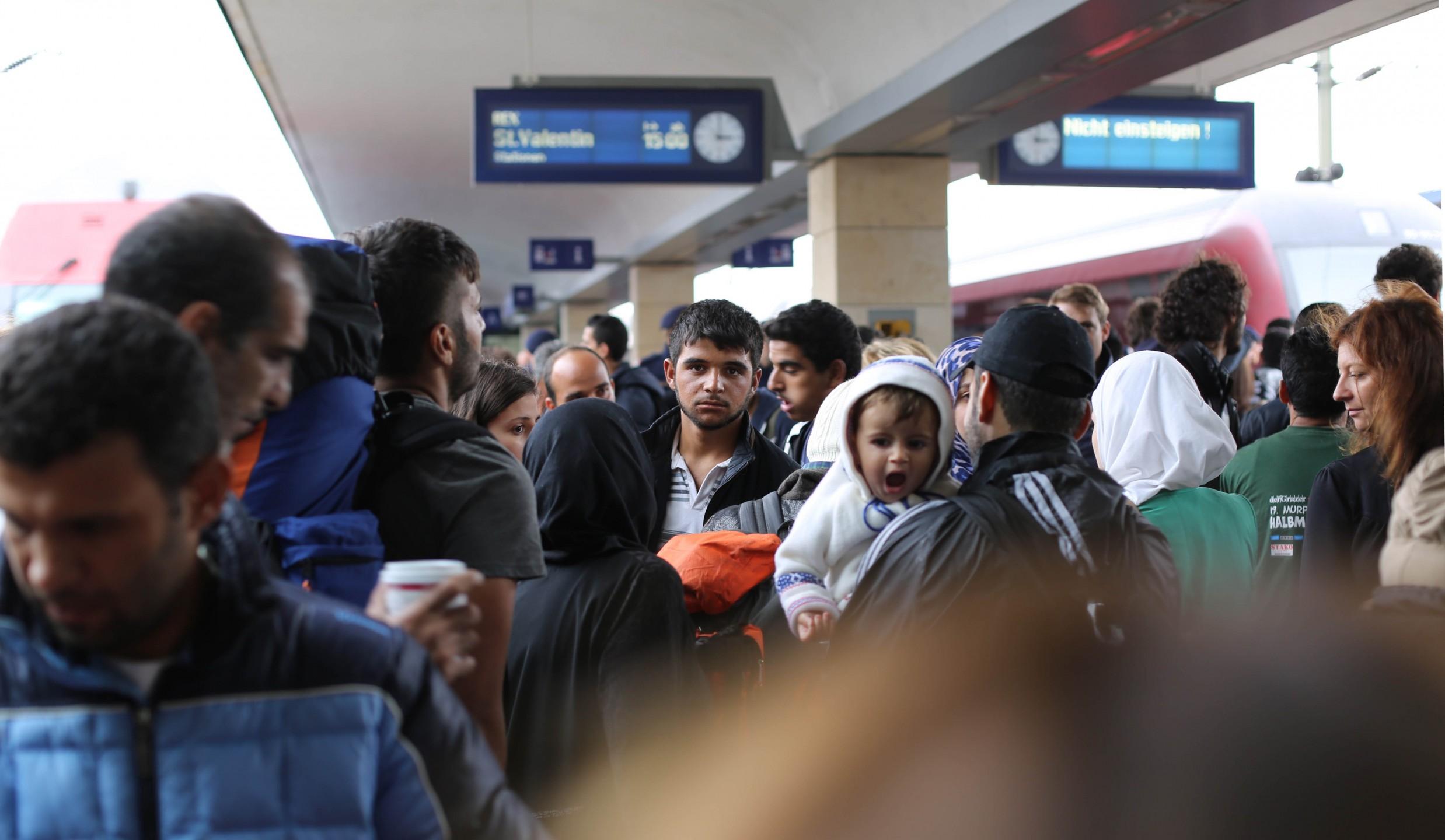Syrische vluchtelingen in Wenen, wachtend op de trein