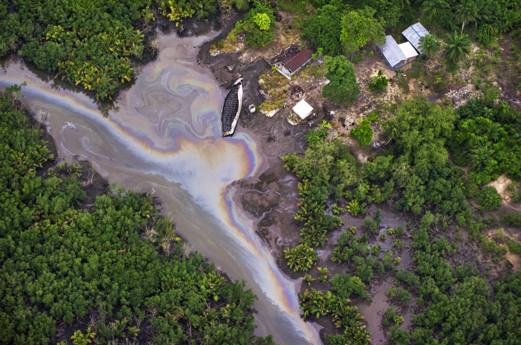 Luchtfoto van de met olie vervuilde Nigerdelta in Nigeria. Shell wordt hard aangepakt in een nieuw rapport van Amnesty International.