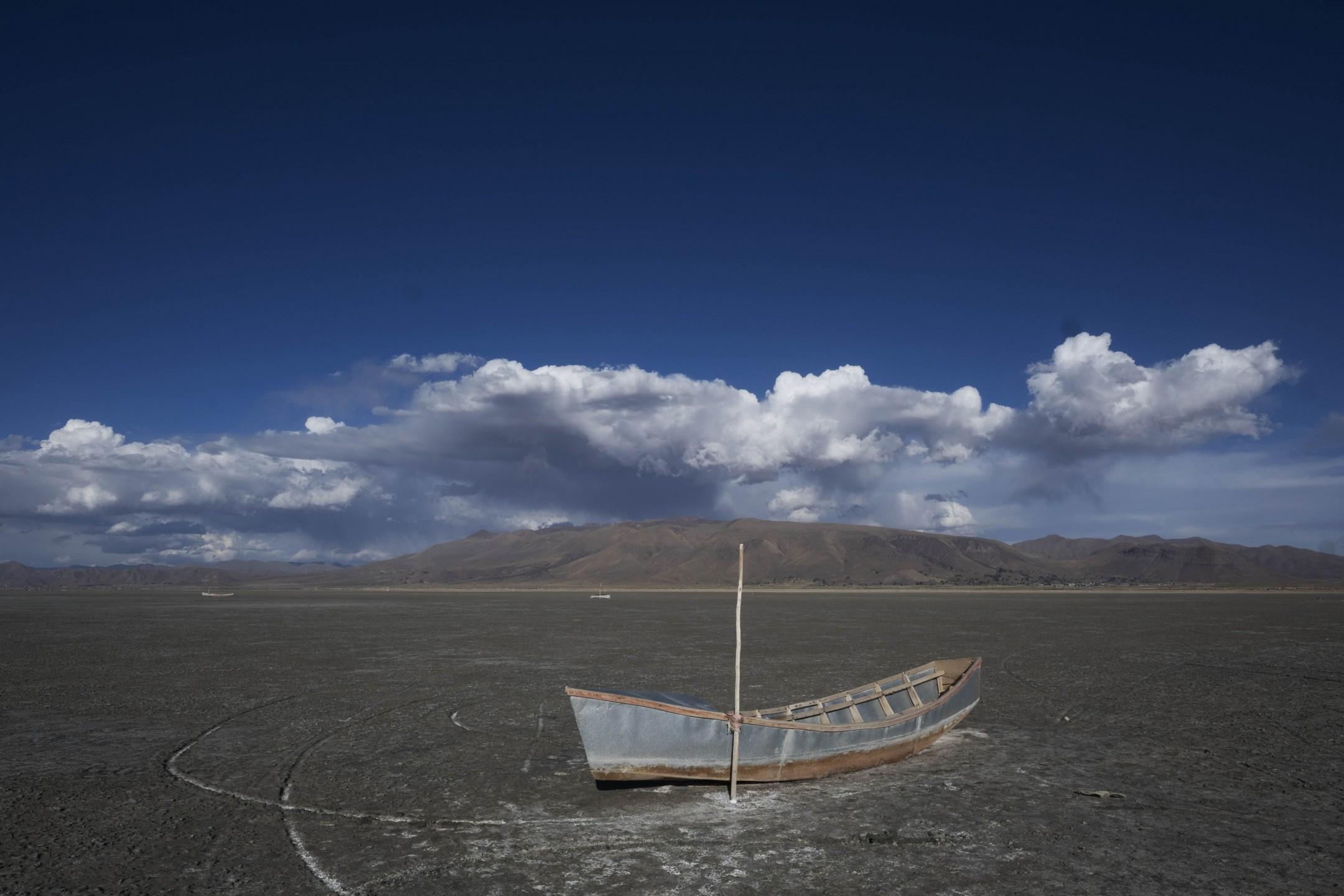 Achtergebleven boot op de vlakte van het Poopómeer