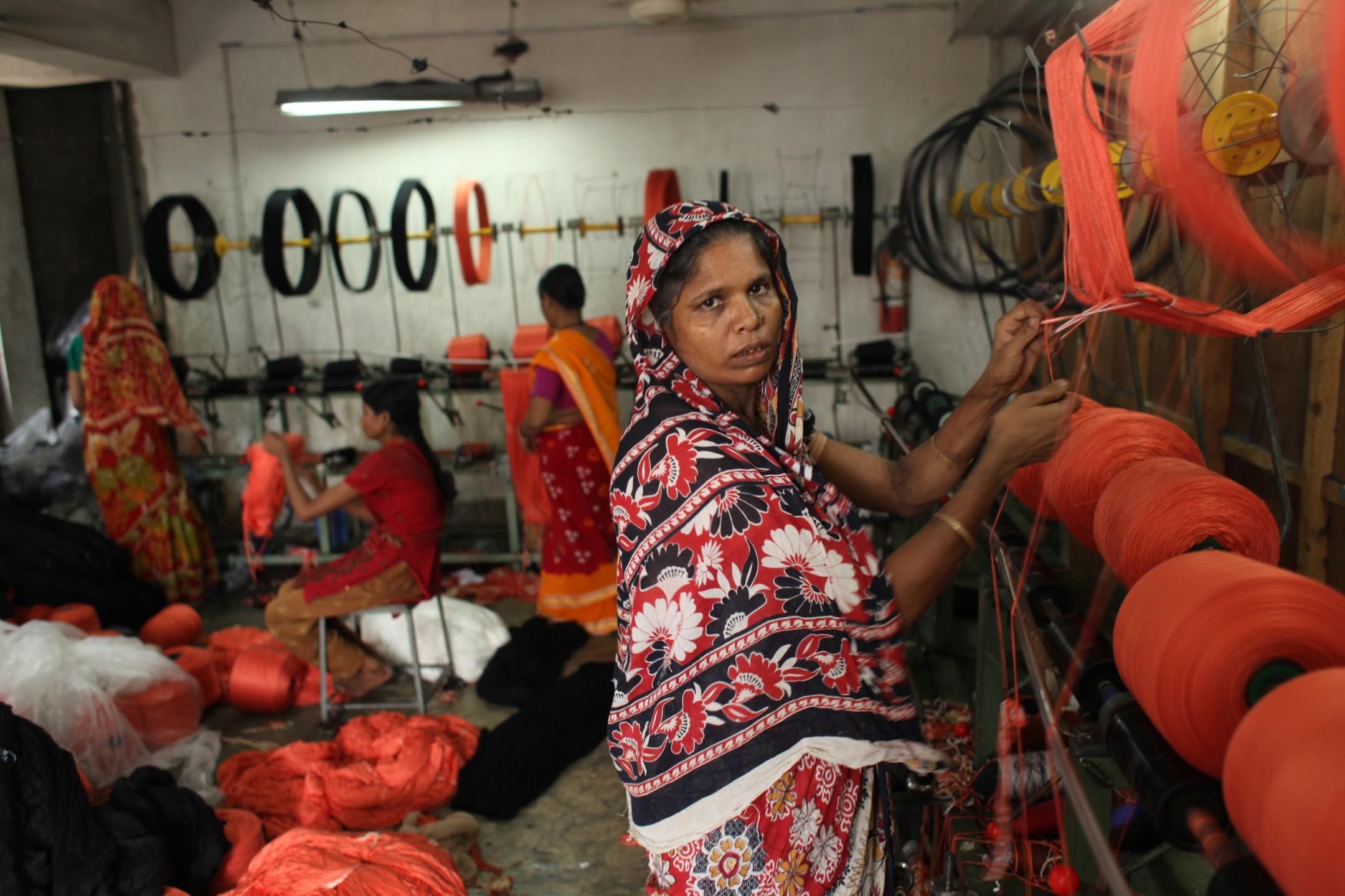 miljoenen vrouwen in de kledingindustrie in Bangladesh en India worden geintimideerd