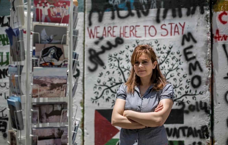 Claire Anastas voor de muur