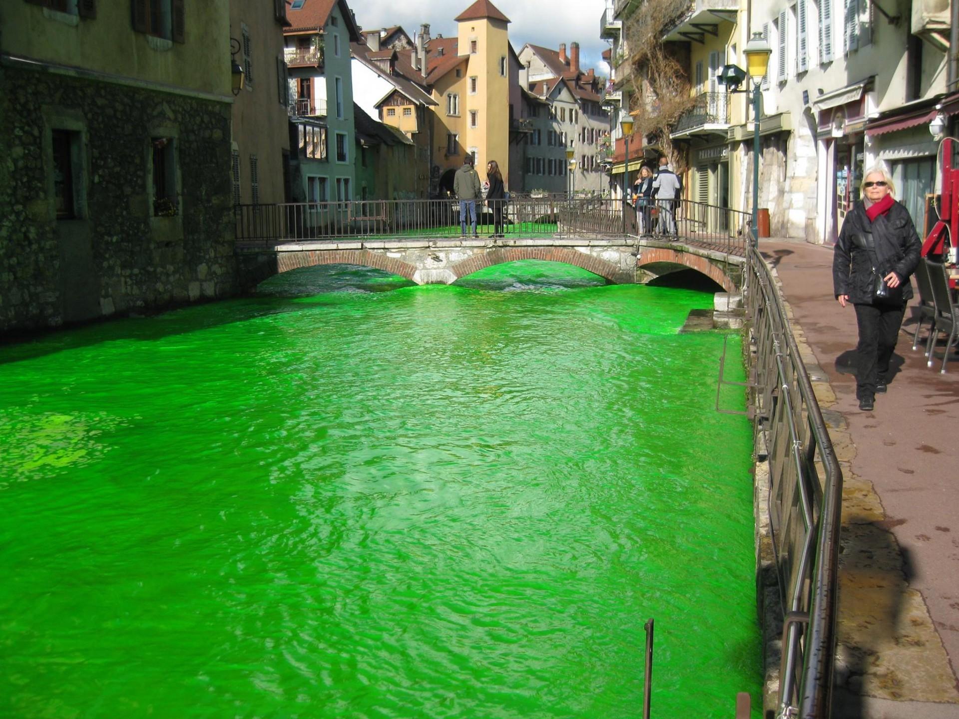 Een van de rivieren die groen kleurde.Foto: Facebook/Agents Environnement