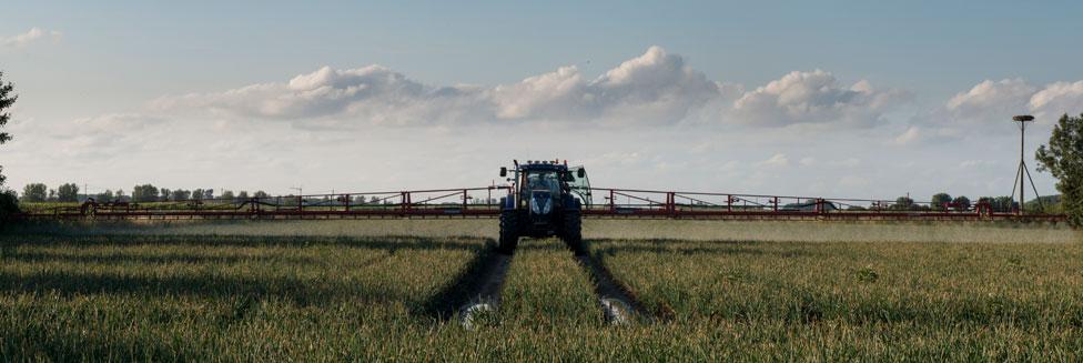 Landbouwgif wordt over een akker uitgereden